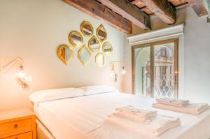 A bed or beds in a room at Valencia Boutique Ayuntamiento