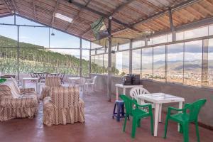 Un restaurante o sitio para comer en Departamentos Santa Ana Barrio Tradicional