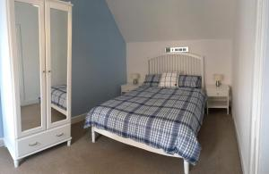 A bed or beds in a room at Rose Cottage, Fishertown