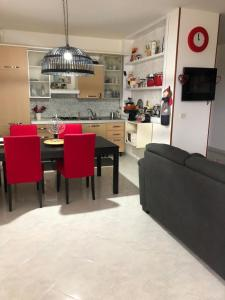 A restaurant or other place to eat at Appartamento al casale