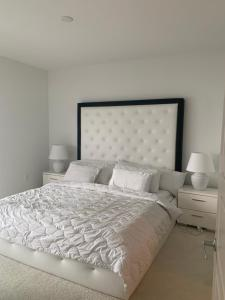 A bed or beds in a room at Luxury Apartment Downtown