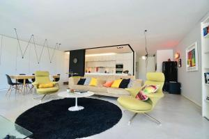 Area tempat duduk di Luxury Loft w/ Private Garden - Riverside Lx