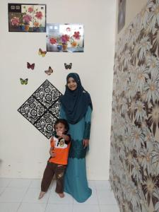 Keluarga yang menginap di SueHaz Homestay Arau