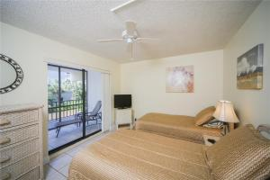 A bed or beds in a room at Lido Key 07 Home