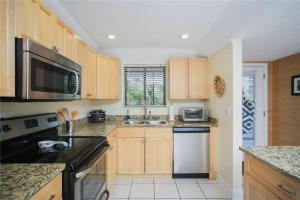 A kitchen or kitchenette at Lido Key 07 Home