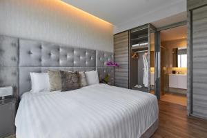 เตียงในห้องที่ Pan Pacific Serviced Suites Beach Road