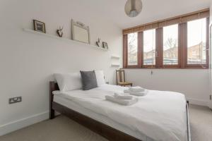 A bed or beds in a room at Vibrant 2 Bedroom Home