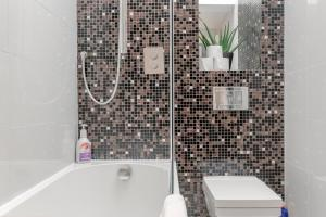 A bathroom at Vibrant 2 Bedroom Home