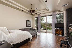 A television and/or entertainment center at Sundown Retreat 4 BR by Casago