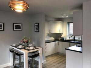 A kitchen or kitchenette at City Central Townhouse (3 Bedrooms) by BHR Apartments