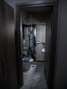 Ένα μπάνιο στο Gina's Studios
