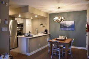 A kitchen or kitchenette at Cascade Lodge by Elevate Real Estate Management