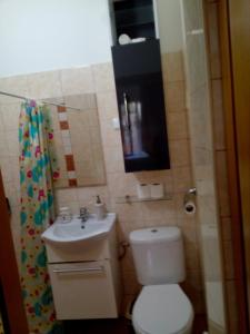 ห้องน้ำของ Ano Ladadika