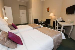 A bed or beds in a room at Leone Aparthotel