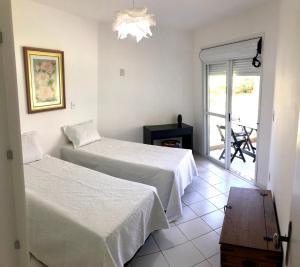 A bed or beds in a room at Lindo apto beira da Lagoa