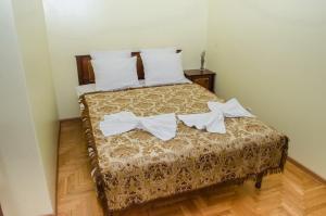 Кровать или кровати в номере Apartament na Adamkovskoy