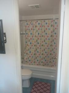 Et badeværelse på Alisa Guest Suites