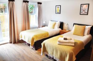 A bed or beds in a room at Lamington Apartments, Hammersmith