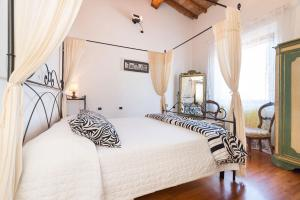 A bed or beds in a room at Firenze Rentals Corso 12