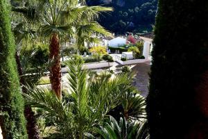 Ein Blick auf den Pool von der Unterkunft El Casar Apartments oder aus der Nähe