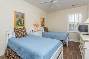 A bed or beds in a room at Windward Poing # 107