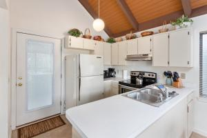 A kitchen or kitchenette at 486 Cedar Walk