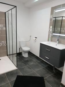 A bathroom at Les Lofts du Parc