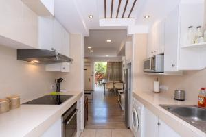 A kitchen or kitchenette at Townhouse by the sea Pirate Harbor