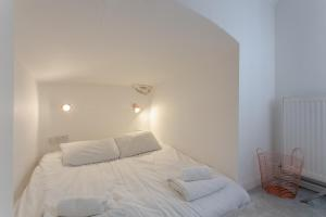 A bed or beds in a room at Modern 1 Bedroom Apartment in Notting Hill