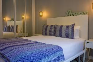Een bed of bedden in een kamer bij Arenal Suites Puerta del Sol