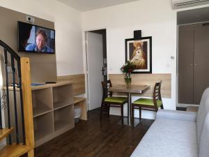 Télévision ou salle de divertissement dans l'établissement AMHotel Italie