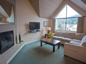 A television and/or entertainment centre at Powder's Edge by Elevate Vacations