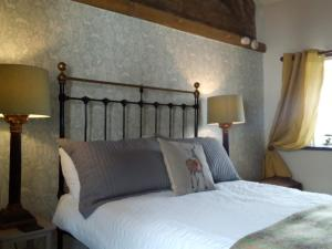 A bed or beds in a room at Castle Street Cottage - Sleeps 4