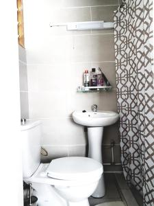 A bathroom at APPARTEMENT MAKEPE BM 2