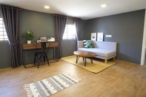 Area tempat duduk di Treehouse City Apartments