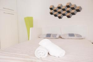 A bed or beds in a room at Laura's Home - I Navigli Che Vorrei
