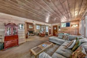 A seating area at 798S Sonoma Cabin And Bunk House Cabin