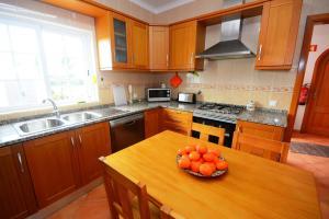 A kitchen or kitchenette at Villa Casa das Amendoeiras