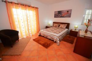 A bed or beds in a room at Villa Casa das Amendoeiras
