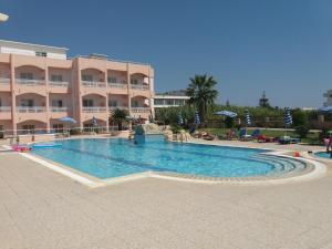 Het zwembad bij of vlak bij Rhodian Rose Hotel