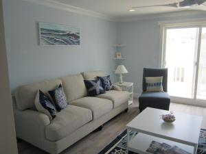 A seating area at Gorgeous Brand New No End 3 Bdrm Townhouse with Stunning Views