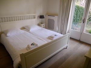 Een bed of bedden in een kamer bij Stayci Serviced Apartments Royal Nassau