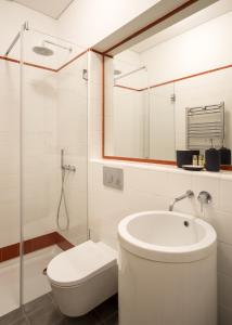 A bathroom at Vibrant Porto Apartments