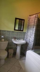 A bathroom at La Kaye Villa
