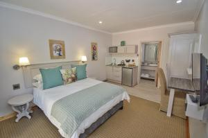 A bed or beds in a room at Clarens Retreat