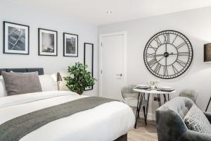 A bed or beds in a room at Tailored Stays - Central Cambridge Studios