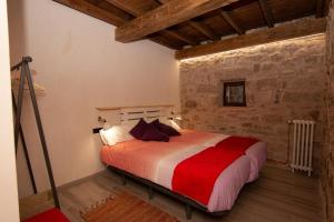 A bed or beds in a room at Casa Rural Tio Alberto
