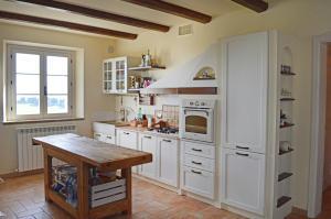 A kitchen or kitchenette at Domus Mori