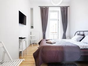 Ein Bett oder Betten in einem Zimmer der Unterkunft Noc w Krakowie Apartamenty