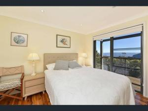 A bed or beds in a room at Narrow Neck Views